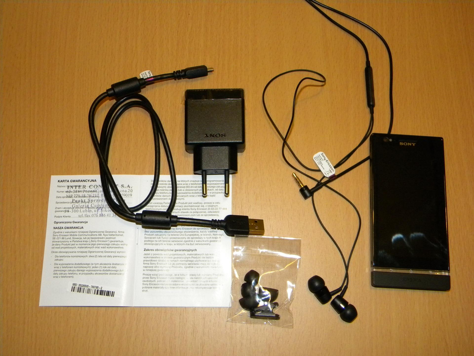 Sony Xperia P – akcesoria – ładowarka, kabel USB, słuchawki