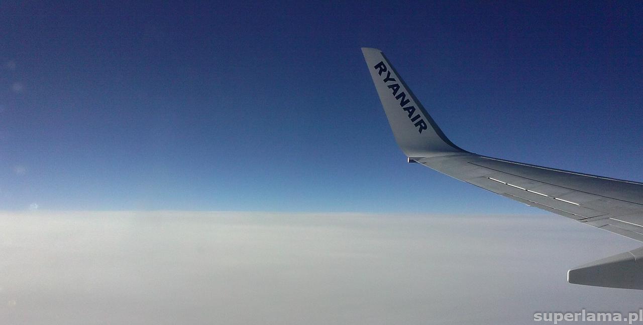 Widok nad chmurami z samolotu